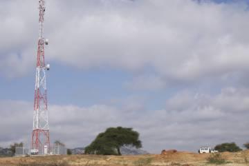 Las torres de telefonía móvil, escasas y alejadas entre ellas, proporcionan una cobertura irregular en la Tanzania rural.