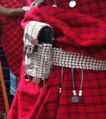 Un hombre masai con una funda de móvil con cuentas.