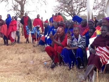 Unos jóvenes guerreros utilizando los teléfonos para hacer fotos en una reunión política.