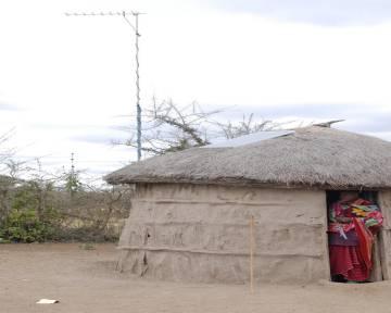 Los paneles solares sobre los tejados de las chozas se utilizan para cargar teléfonos, luces y radios.