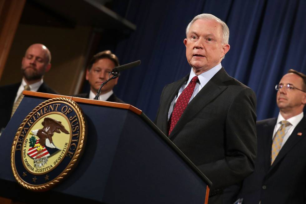 El fiscal general Jeff Sessions da una rueda de prensa exponiendo las acciones internacionales tomadas contra el cibercrimen en Washington.rn