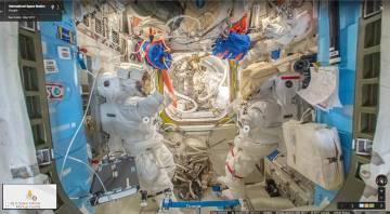 Una de las capturas en 360º, con dos trajes de astronauta.