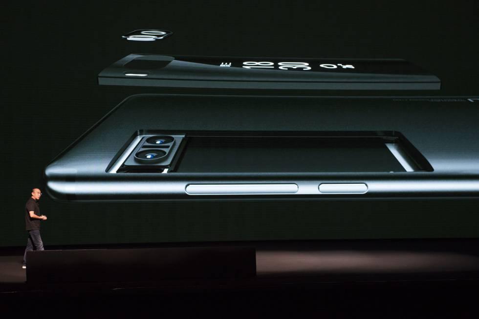 El presidente de Meizu, Bai Yongxiang, en la presentación del nuevo móvil con dos cámaras.
