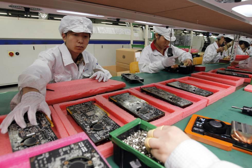 Línea de producción de Foxconn, ensamblador de iPhones, en Shenzhen (China).