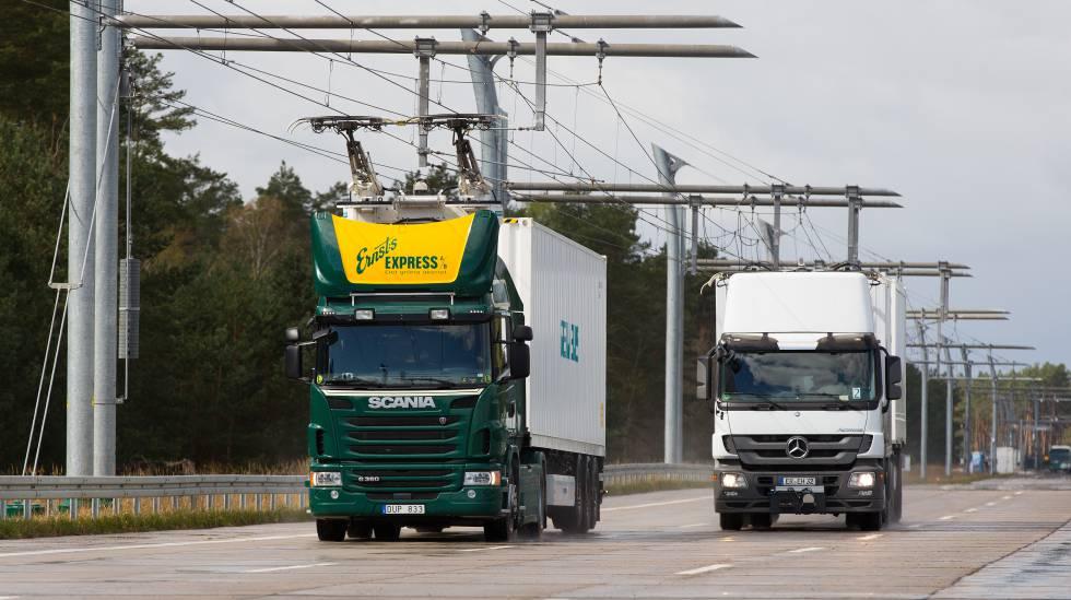 Camiones circulando por la autopista electrificada en Hessia, Alemania.