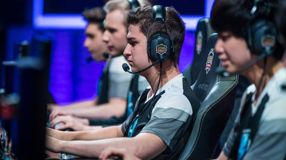 Jugadores profesionales de 'League of Legends' compitiendo en la liga europea profesional.