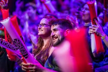 Los 'esports' congregan a miles de personas en eventos presenciales que se celebran en estadios o teatros pese a que su habitat natural sea internet.