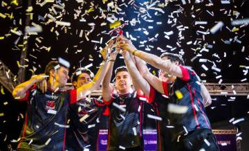 El Baskonia de 'League of Legends' alza el trofeo de campeón de la liga española.