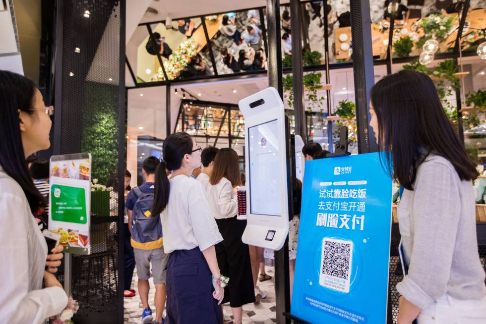 Imagen del sistema de pago por reconocimiento del rostro en un KFC de Hangzhou (China).