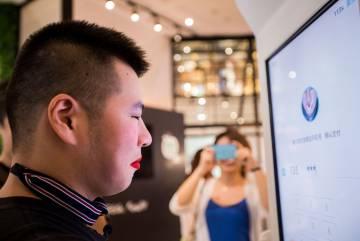 El sistema funciona aunque el usuario lo 'engañe' con maquillaje o pelucas.