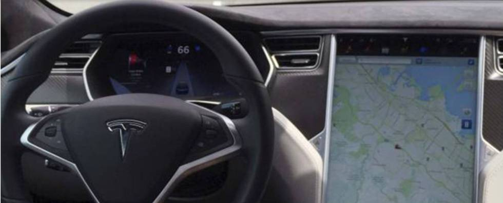 El interior de un Tesla Model S como el siniestrado usando el piloto automático.