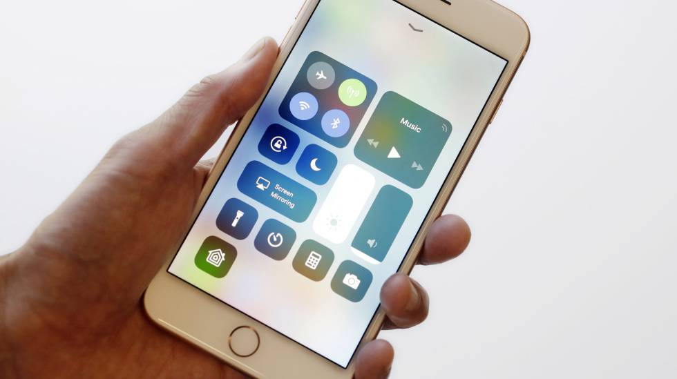 El nuevo Centro de Control de iOS 11 en un iPhone 8 Plus.