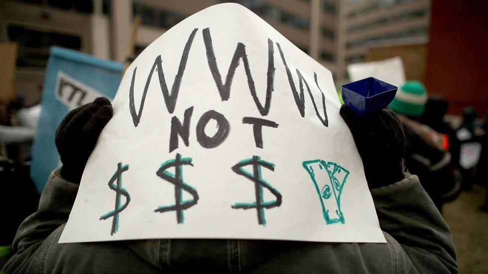 Manifestación en contra del fin de la neutralidad de la red en Washington, (EE UU).