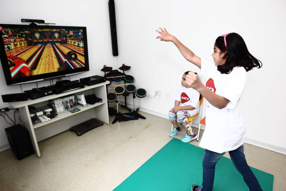 A little girl controls the console via gestures with a Kinect.