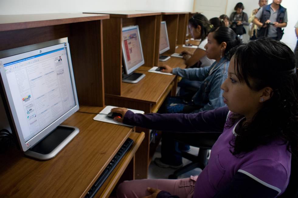 Un grupo de mujeres en un cibercafé en Ciudad de México.