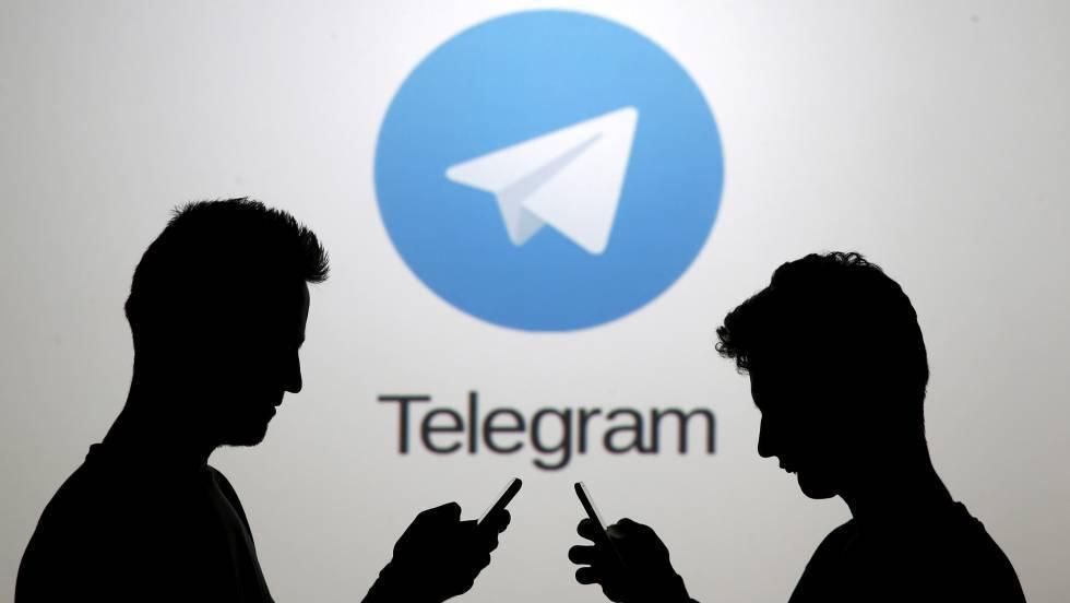 Dos usuarios, ante el logotipo de Telegram.