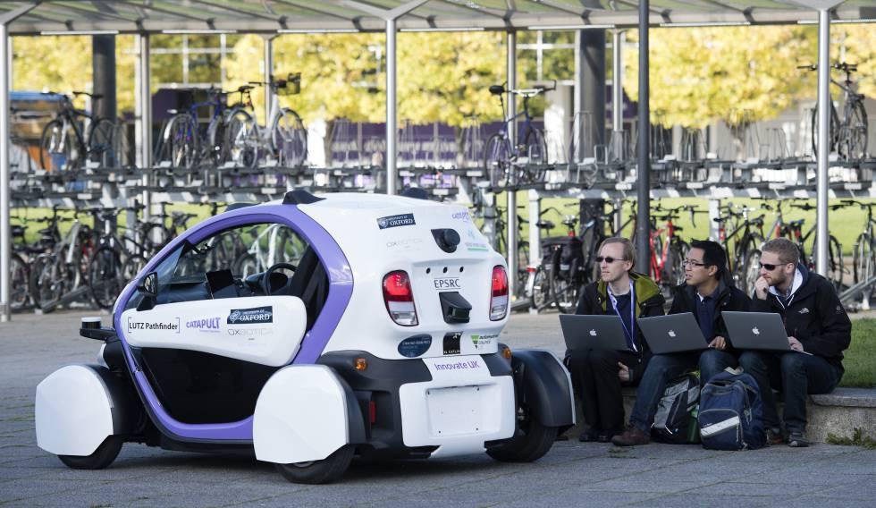 Técnicos analizan los datos de una prueba de un vehículo autónomo.