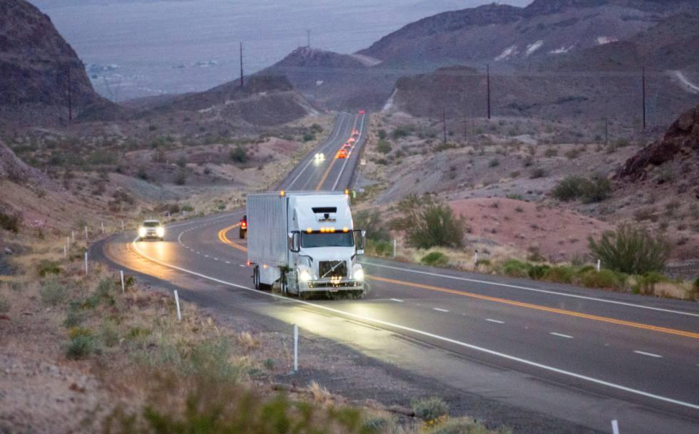 Un vehículo autónomo transporta mercancías en las carreteras de Arizona.