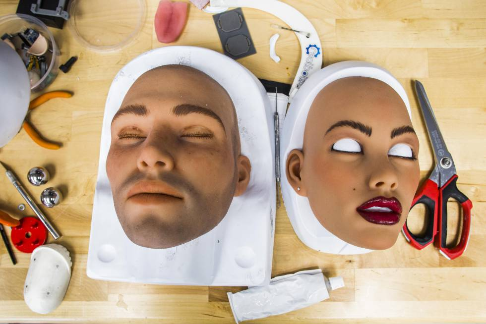 Modelos masculino y femenino para la muñeca Harmony, en el taller de RealDoll en California.