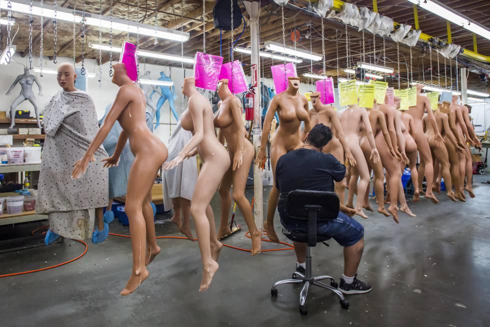 Muñecas sexuales recién salidas del molde en el taller de RealDoll en California.