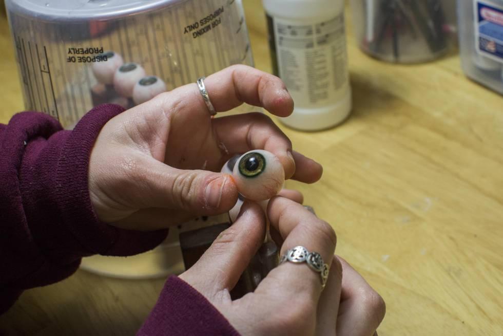 Todos los detalles de la muñeca, como los ojos, se hacen a mano uno por uno.