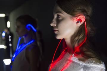Los auriculares Meizu Halo incorporan un láser para iluminar el cable al ritmo de la música que escucha el usuario.
