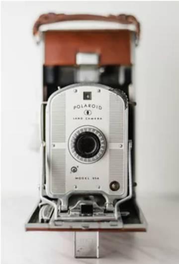 La cámara Polaroid original liberó a los usuarios de tener que desplazarse hasta un cuarto oscuro a revelar sus fotografías.