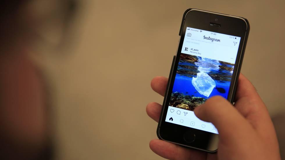 Un usuario utiliza Instagram a través de un dispositivo móvil.