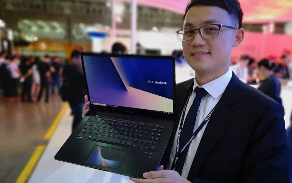 Max Fu con el nuevo ZenBook Pro de Asus, que ha convertido el trackpad en una segunda pantalla.