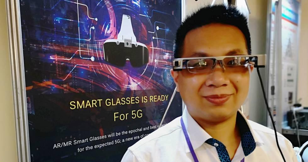 Un participante en Computex muestra las gafas inteligentes para la realidad aumentada.