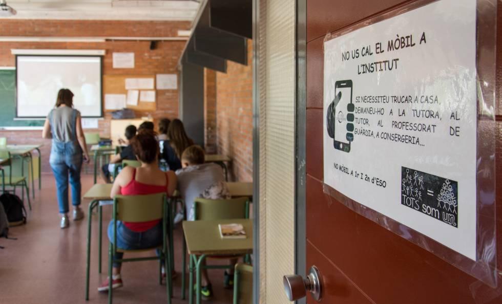 """Cartel en una de las aulas del centro de educación secundaria Torre Vicens, en Lleida, en el que se puede leer """"no os hace falta el móvil en el instituto""""."""