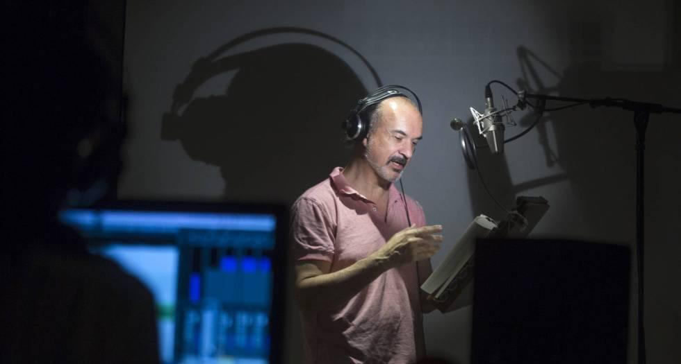 El actor Javier Fernández graba un audiolibro en el estudio Miut de Barcelona.