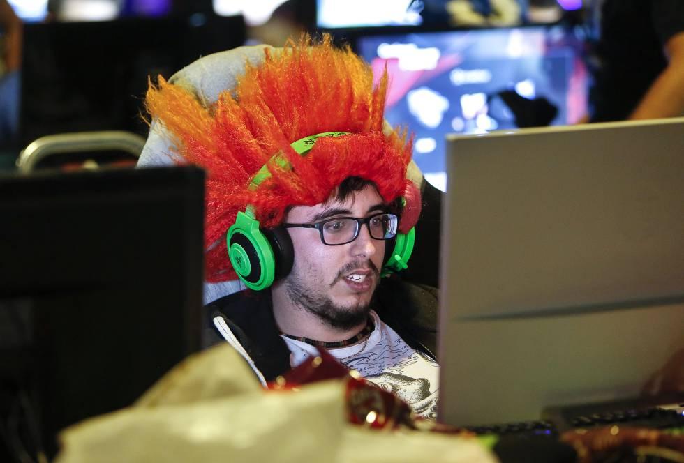 Un joven mira a la pantalla, durante un maratón de los videojuegos en Valencia.