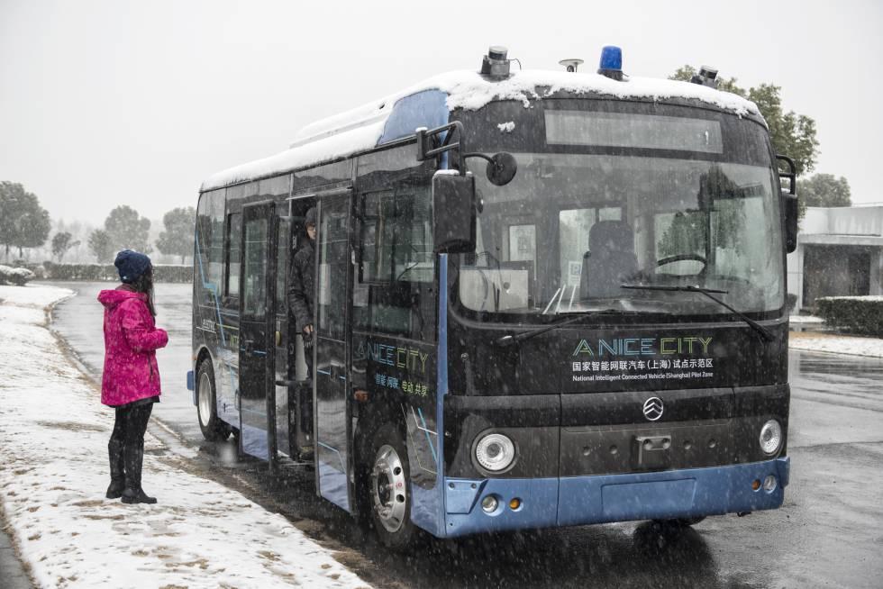 Ingenieros de la Zona Piloto Nacional para Vehículos Autónomos de Shanghái prueban el autobús urbano sin conductor en las peores condiciones, con nieve y hielo.