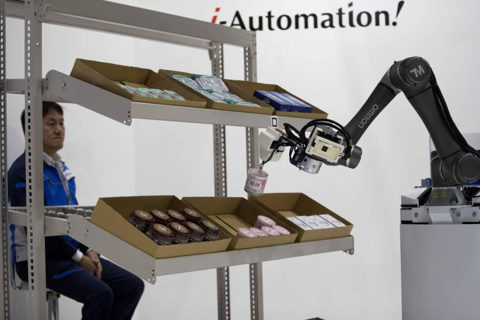 Un robot coloca material en una estantería durante la World Robot Summit de Tokio.