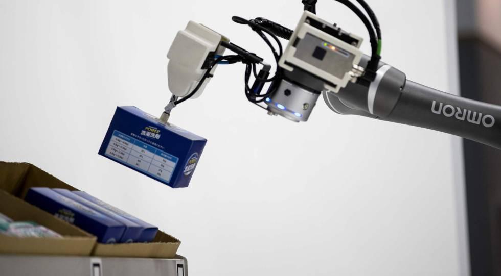 Un robot ordena objetos con su brazo articulado.