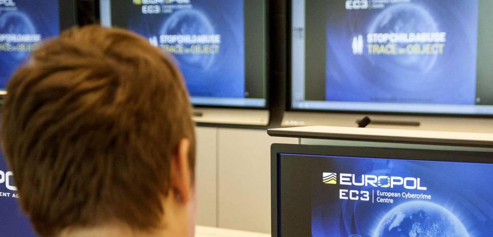 Un agente de Europol revisa una p�gina de abusos a ni�os en el cuartel general de este cuerpo en La Haya.