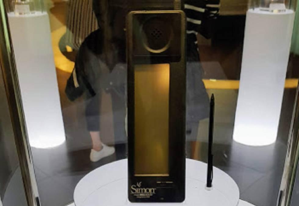 Un teléfono inteligente Simon, el primero de su clase, expuesto en el Samsung Innovation Museum de Suwon, (Corea del Sur).