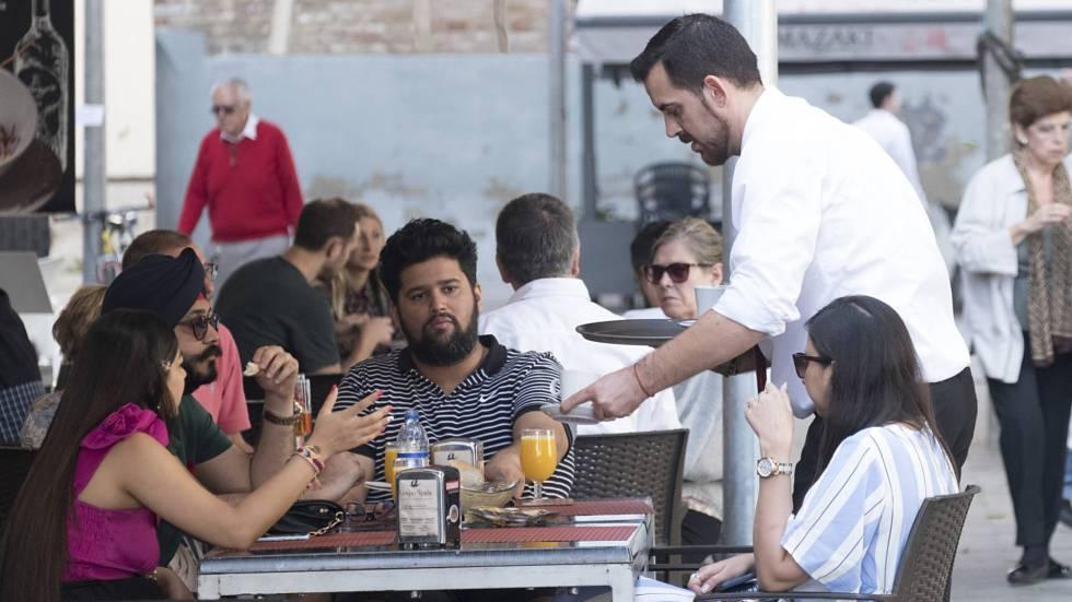 Un camarero en un bar del centro de Sevilla.