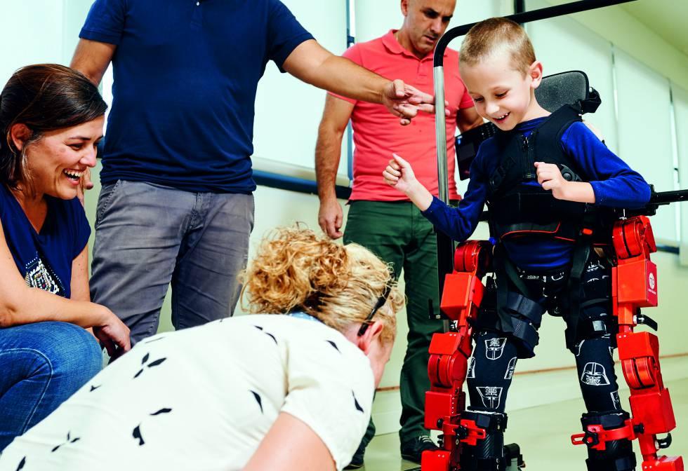 """Nuestro exoesqueleto genera en los niños una motivación infinita""""    Tecnología   EL PAÍS"""