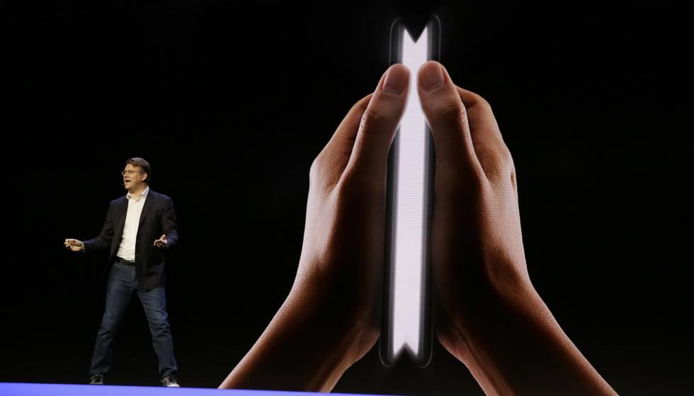 Justin Denison, vicepresidente de desarrollo de productos móviles de Samsung, muestra una imagen del teléfono de pantalla plegable en la pesentación de San Francisco este míercoles.