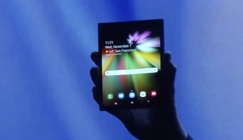 62e527a2af00 Samsung teléfono pantalla plegable  Samsung muestra  a oscuras  su ...