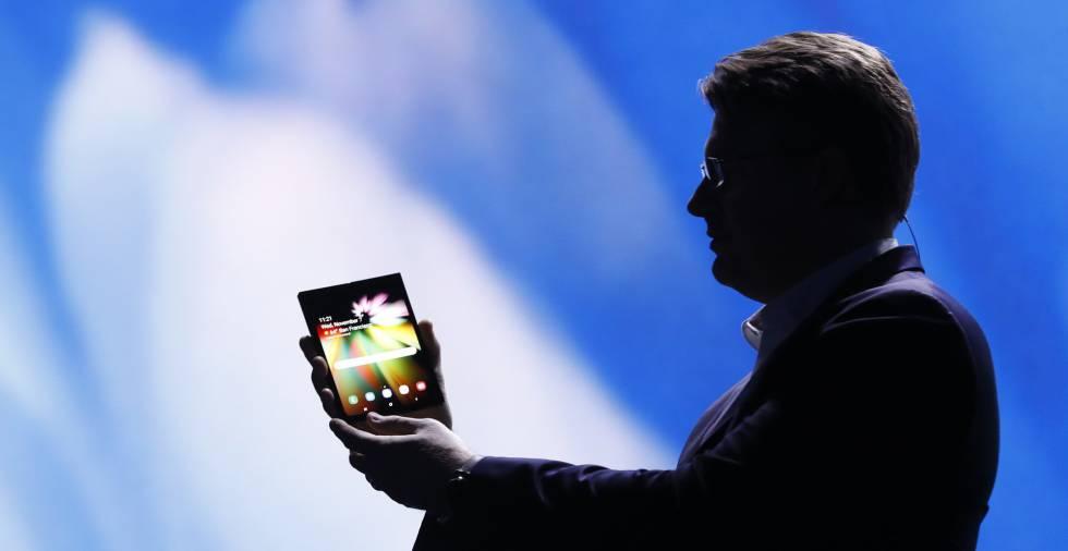 Justin Denison, vicepresidente de Samsung Electronics, muestra el primer móvil de la marca de pantalla plegable.