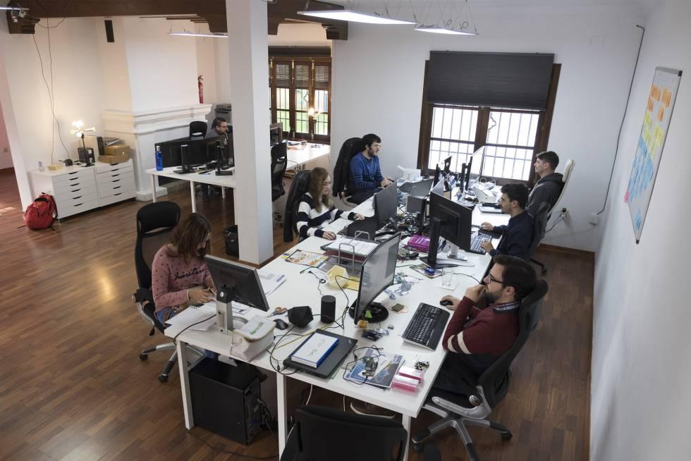 Trabajadores de Smart IOT Labs, en la casa que usan de laboratorio.