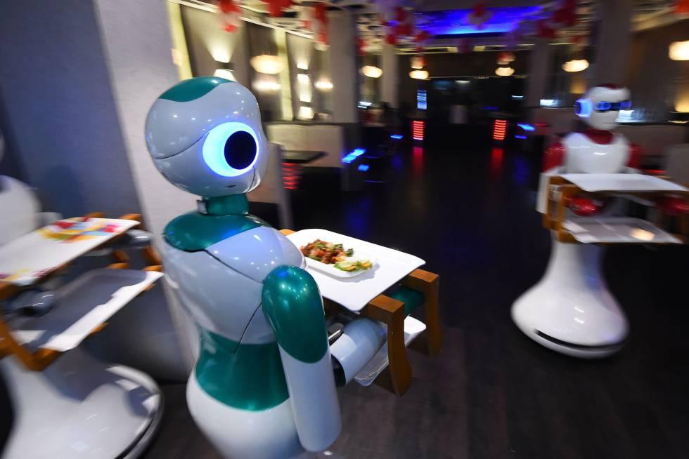 Camareros robot en el restaurante Naulo, en Katmandú.