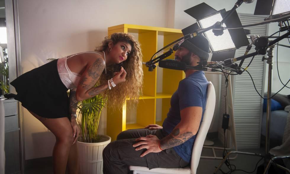 Los actores Venus Afrodita y Miguel Zayas protagonizan una escena porno grabada en realidad virtual.