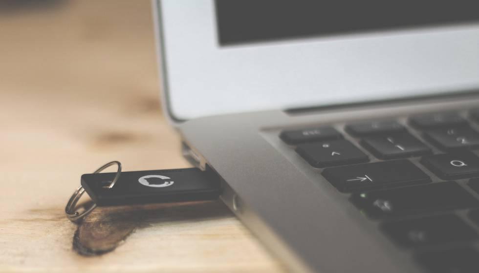 Una memoria USB en un ordenador que puede ser protegida con contraseña.