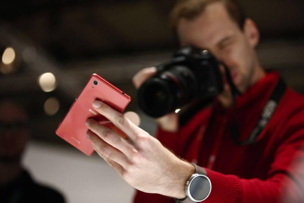 Un fotógrafo toma la imagen de un móvil en una pasada edición del MWC.