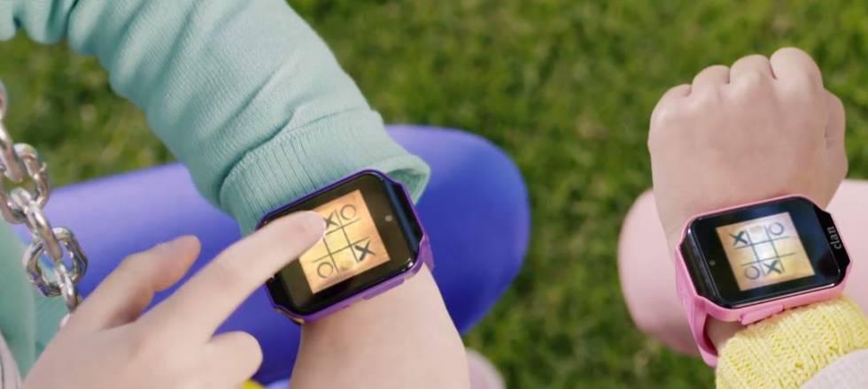 Dos niños juegan con un reloj inteligente Clan Watch.