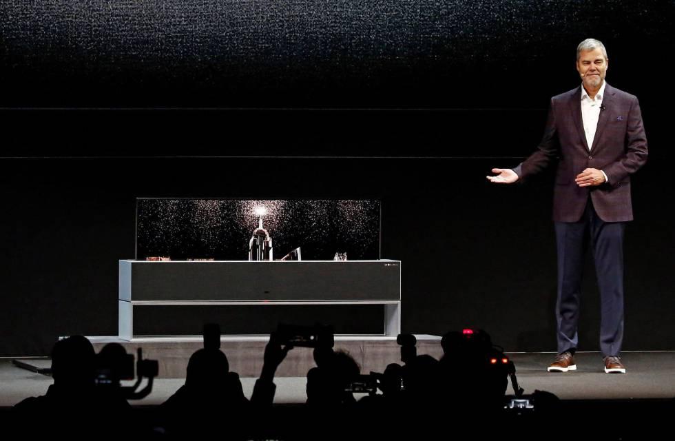 El vicepresidente comercial de la multinacional surcoreana LG para Estados Unidos, David VanderWaal, presenta el televisor enrollable de la compañía.